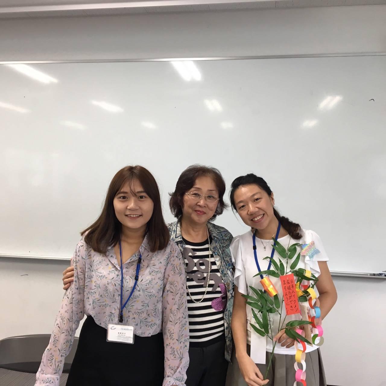 實習學向日本學員介紹文藻校園環境