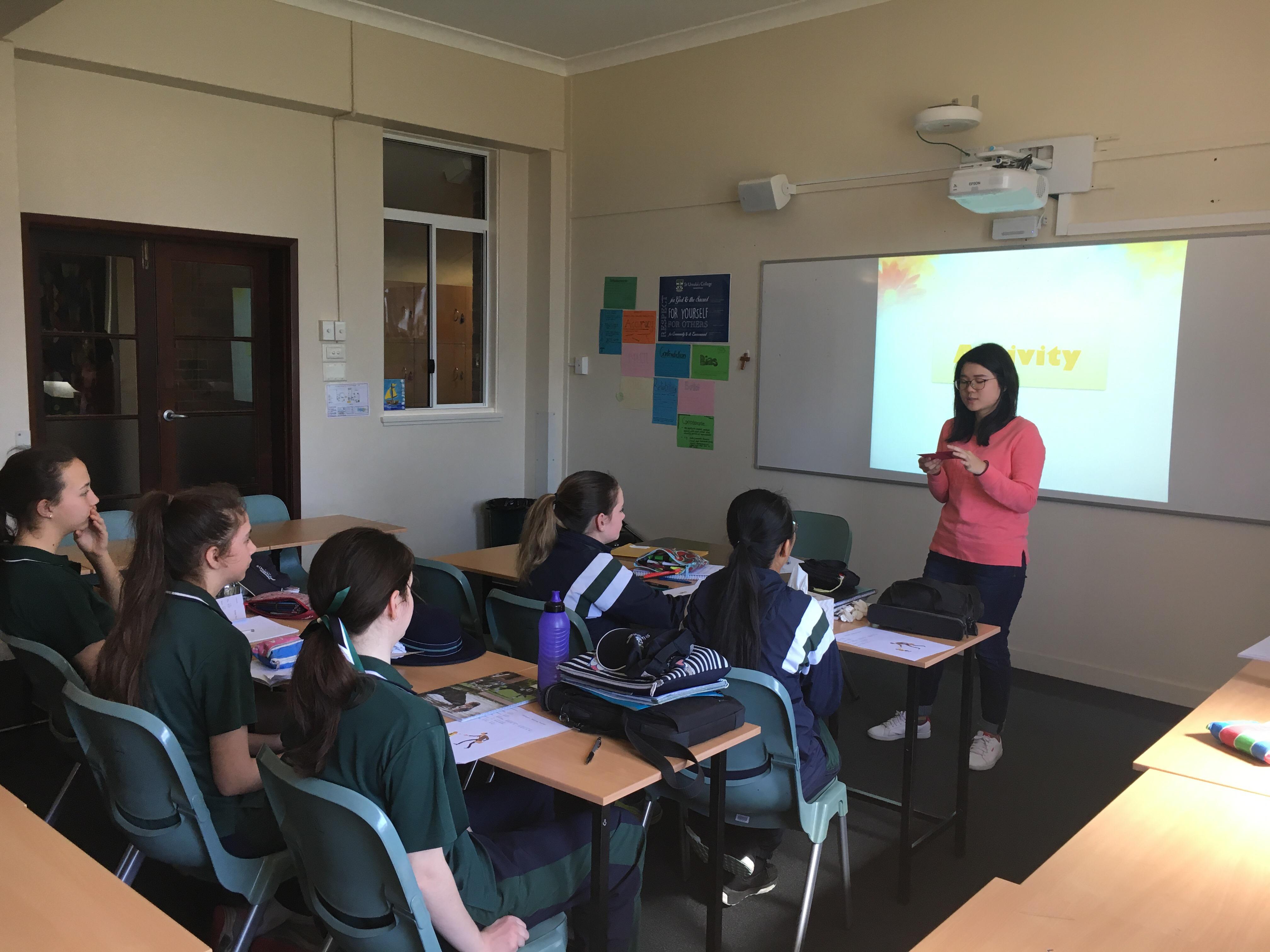 本系學生於課程間帶領澳洲學生活動練習