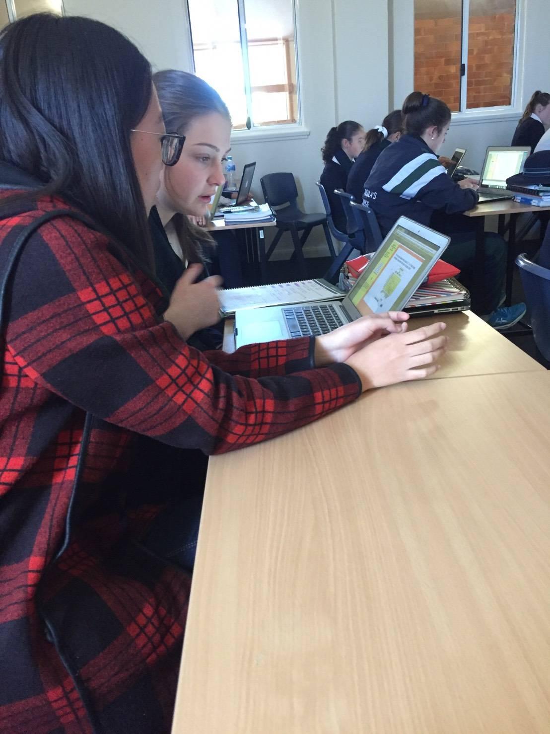 本系學生於課程間輔導澳洲學生華語文練習