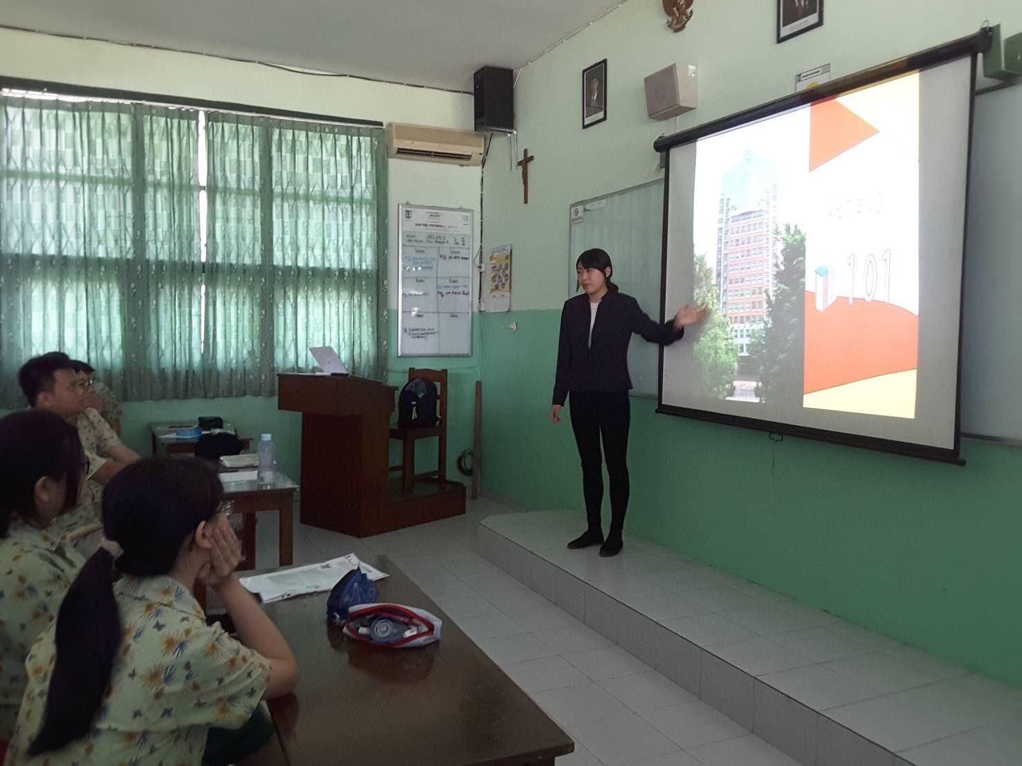 實習生向學生介紹文藻校園