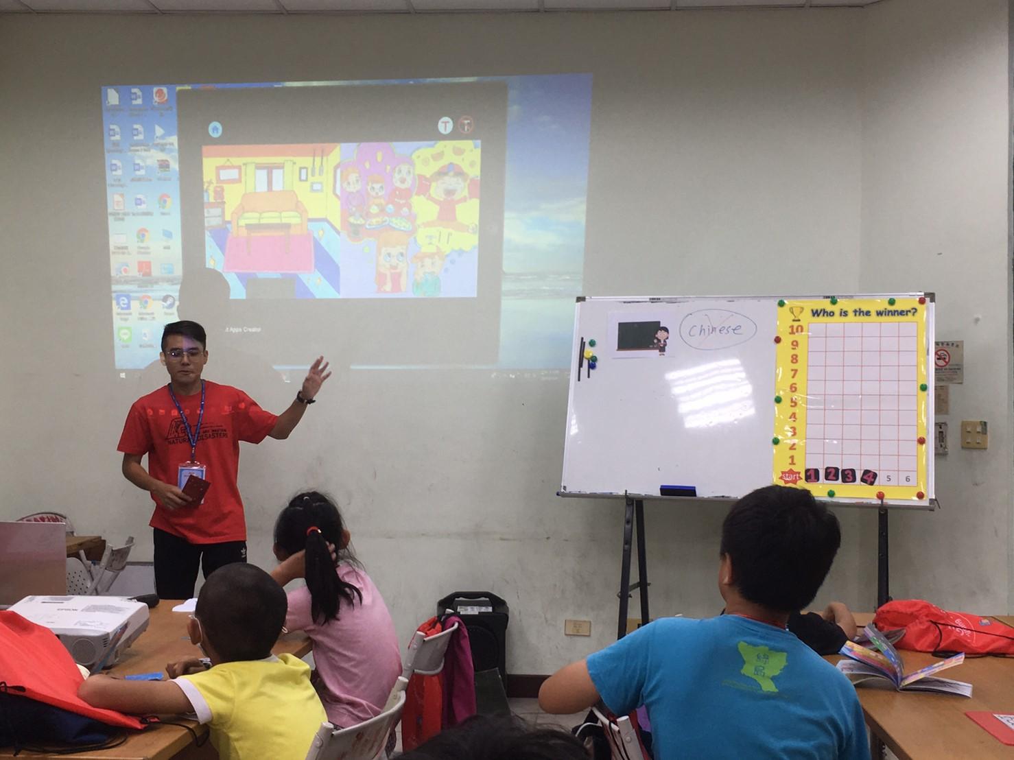 學生利用營隊向學員介紹防災觀念