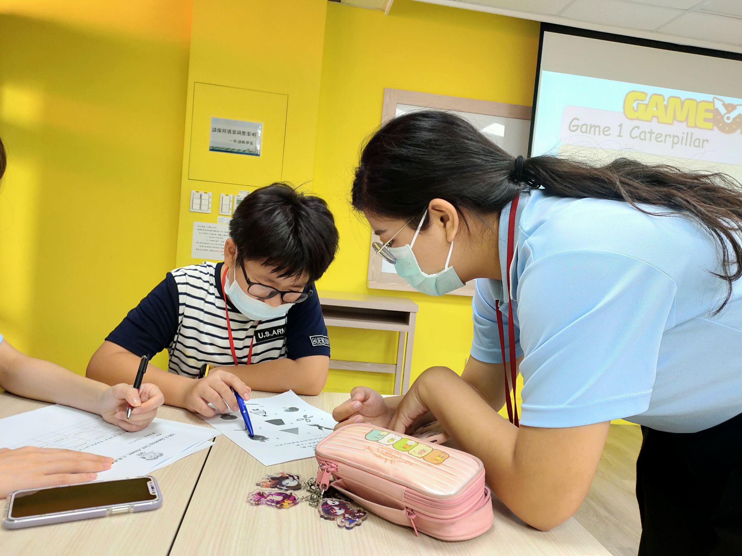 兒童班-本系學生帶領同學進行口說練習