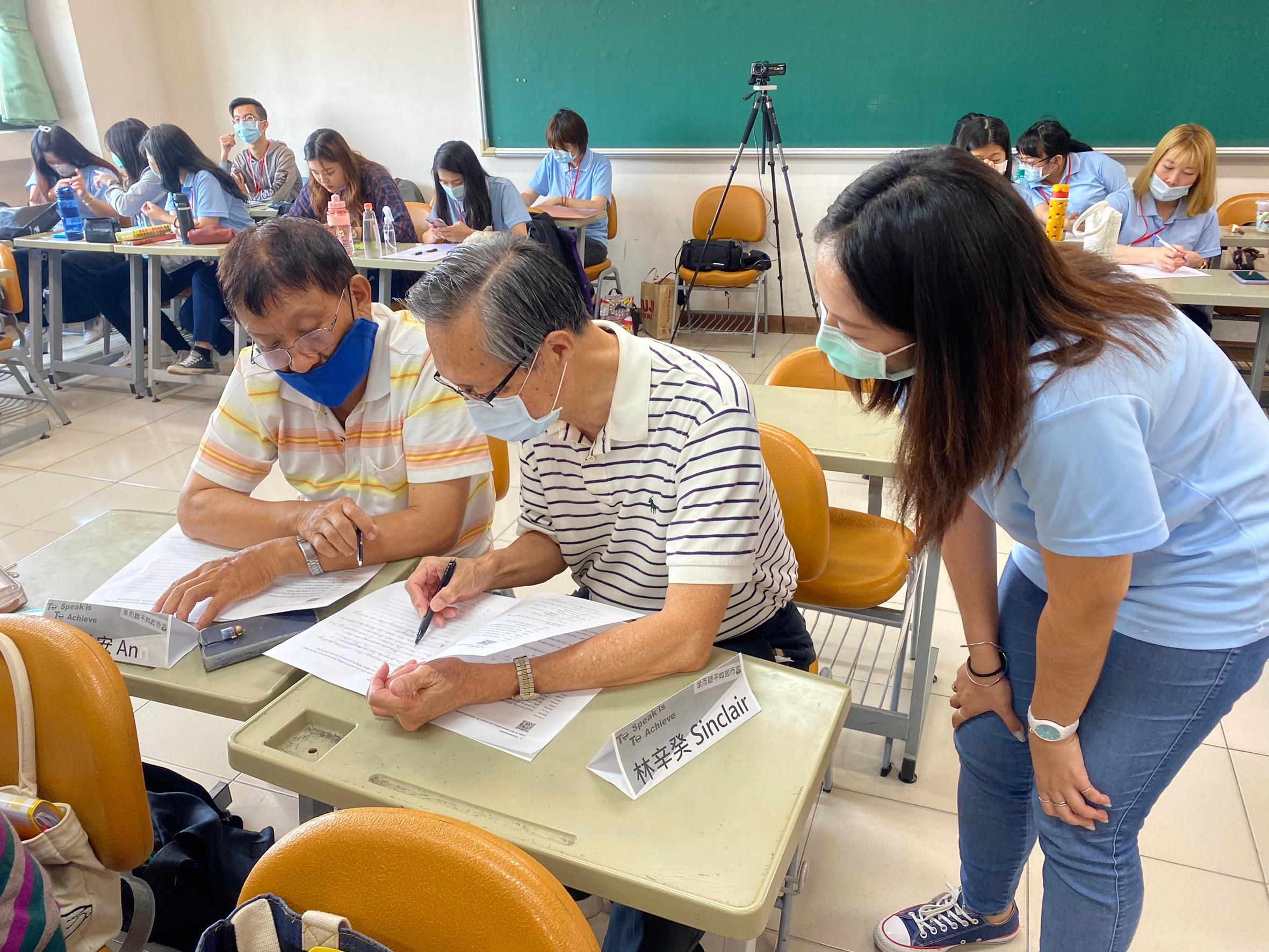 成人班-學員與夥伴進行對話練習